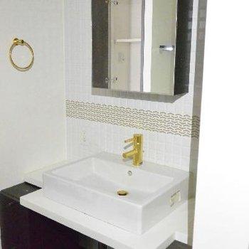 洗面台、タイルが可愛い※画像はクリーニング前のものです