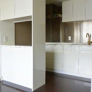 キッチン、手前のカウンターがポイント※画像はクリーニング前のものです