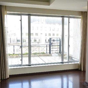 お部屋からのルーフバルコニー※画像はクリーニング前のものです