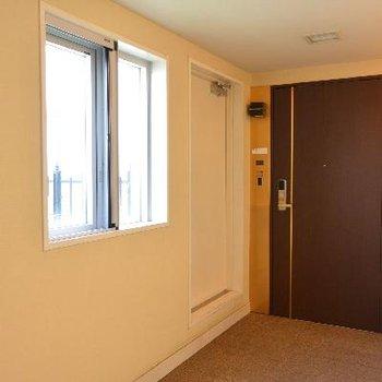 玄関、手前の扉は屋上庭園行き
