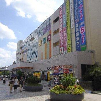 駅前には様々なお店が入っています。