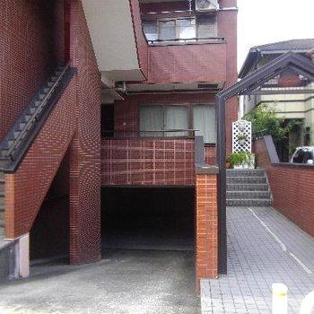 地下に駐車場あります。