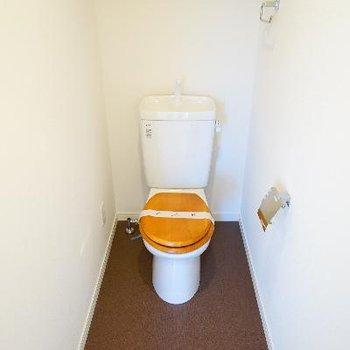 トイレも個室で木製便座!