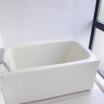 深々とした浴槽、肩までしっかり浸かれます!