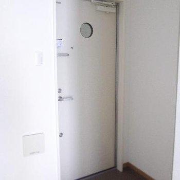 ちょっと小さめで段差のない玄関です。