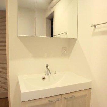 ワイドな洗面台が素敵!!家具の統一感が良いですね