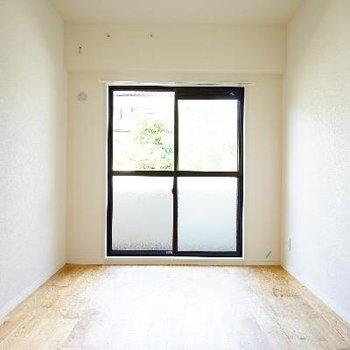 寝室は使いやすい形で明るい!※写真は前回募集時のものです