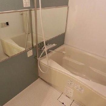浴室乾燥機能付きのバスルーム※画像は反転のお部屋です