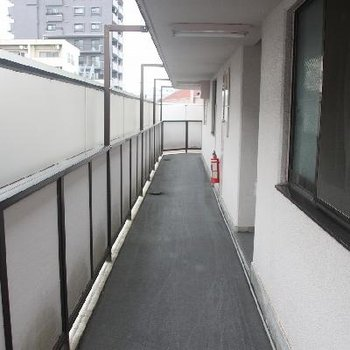 エレベーター・階段へと続く玄関前の共用廊下