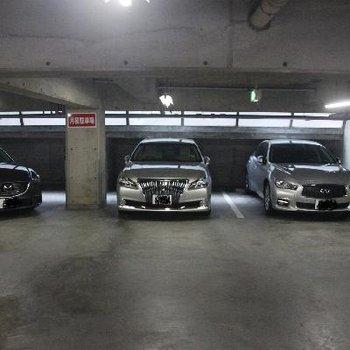 地下駐車場は照明が点いていて、防犯面もOK