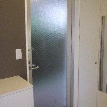 こちらが玄関。タタキとお部屋の段差がないです。