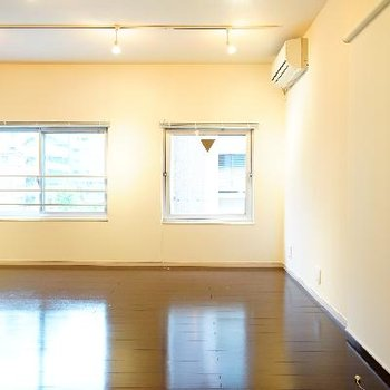 寝室は3.4帖ですが、仕切りがカーテンレールなので仕切らなくても!