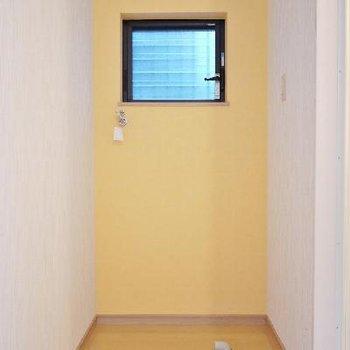 洗濯機置き場はお風呂にあわせて黄色♪