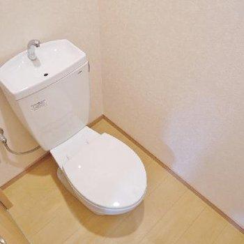 トイレはシンプルだけど窓付きですよ!