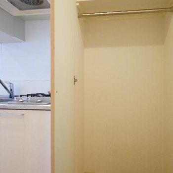 キッチン横に収納があります!