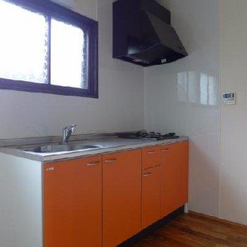 2口ガス、オレンジ色の台所。窓が嬉しい