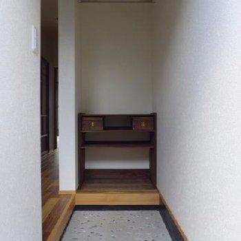 勝手口っぽい玄関が素敵