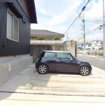 駐車場はコンパクトカーのみ!