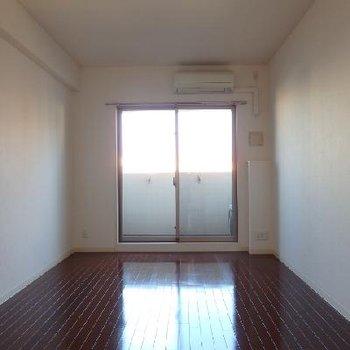 お部屋はブラウンの床がシンプルな8.2帖