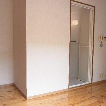 この角の前に扉あり。