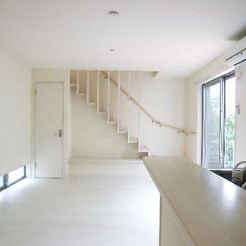 階段が一つのインテリア。低位置のさりげない窓も素敵。