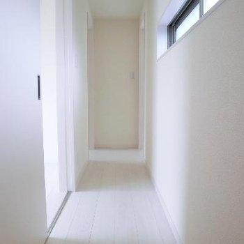 2階廊下部分。すっきりとシンプル。そしてマッシロ。