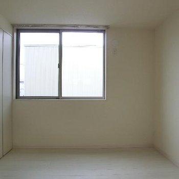 洋室その1 一番小さな4.5帖。ここだけエアコンがありません。