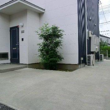 入口は裏側です。エントランス周りがとても広いので、駐輪場には困りません。