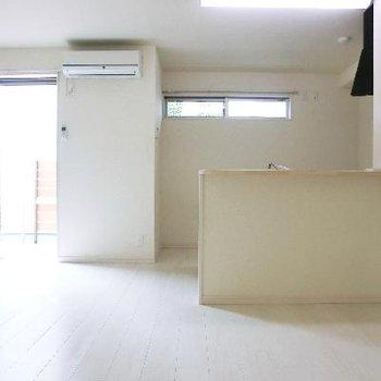 対面式キッチン。後ろの高位置の窓がいいですね。