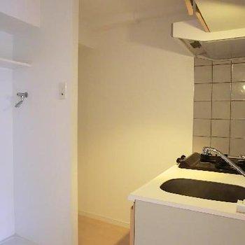 こちらキッチンスペース。洗濯機もこちらへ。