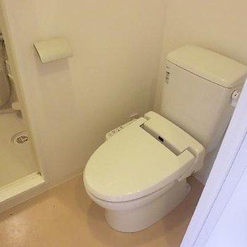 トイレ。トイレ直通でお風呂へ。この空間はちょっと狭いです。