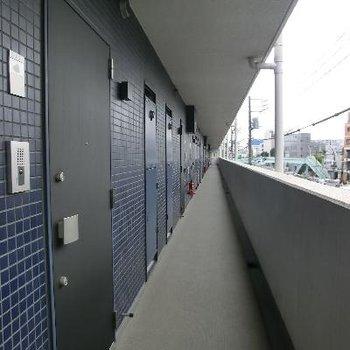 共用部。ながーーーい廊下をあるきます。こちら側は環八通りに面しています。
