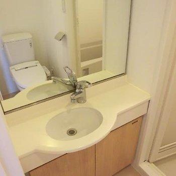 小さな洗面台。かわいいつくりですね。下にちゃんと収納もあります。