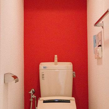 トイレはビビットな赤