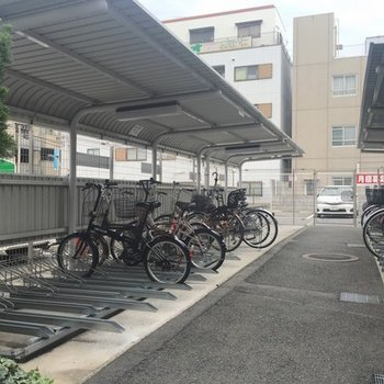 屋根付き駐輪所もありますよ。