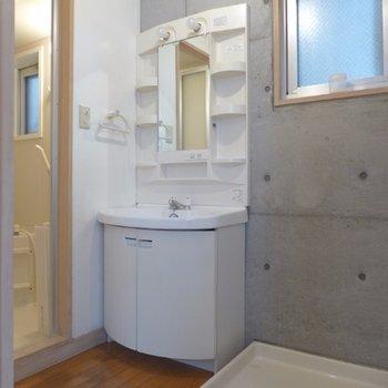 洗面台も大きめ、窓があるのは嬉しい!