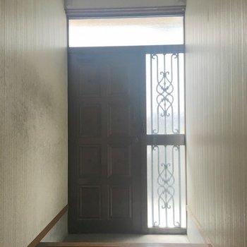 玄関はさすがの重厚感。