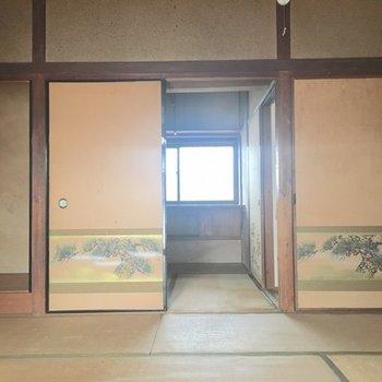 玄関から奥に進みましょう。
