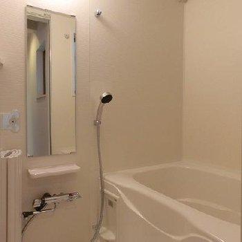 浴室乾燥機能のあるお風呂はガラス窓付。