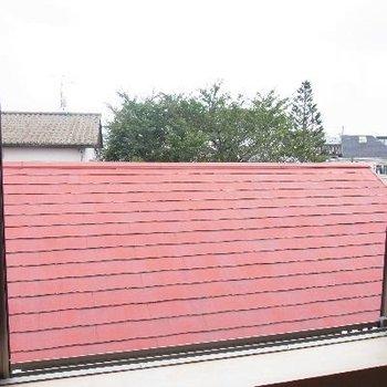 目の前に赤い屋根!