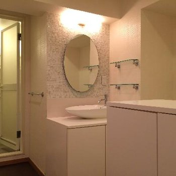 手前の収納の奥にトイレがあります