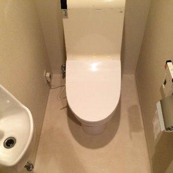 トイレの上には収納もバッチリ