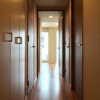 玄関を開けると長い廊下が