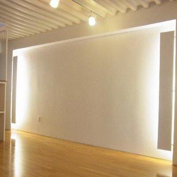 壁には照明が!