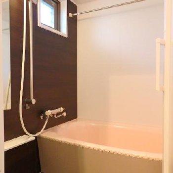 お風呂には窓付き。浴室乾燥、追い焚きも勿論付いています。※写真は別部屋