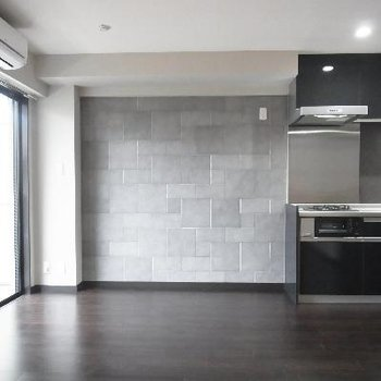 石畳を思わせる壁。
