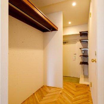 廊下にはクローゼット!かなり掛けられそうです