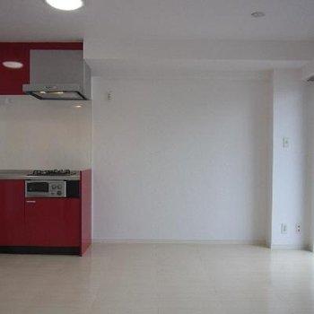 赤いキッチンが印象的!