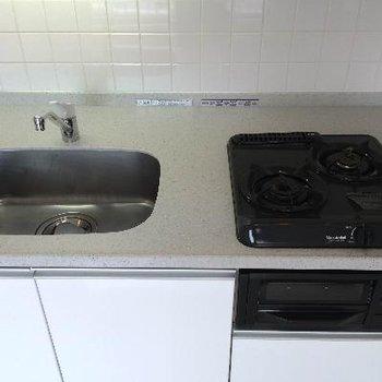 キッチン上には小さな収納が付いています
