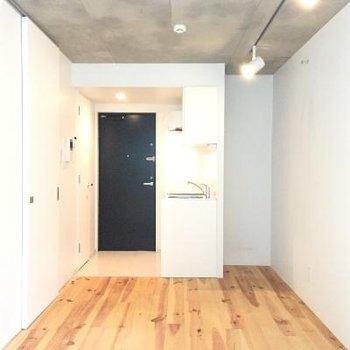 白い壁、フローリング、ネイビーの扉。シックで格好良いです